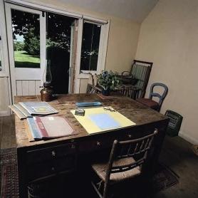 Novelist, Virginia  Woolf's desk (Image via Guardian.co.uk)